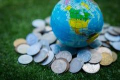世界地图和护照和金钱 免版税库存图片