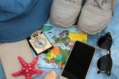 世界地图背景的辅助部件旅客,顶视图 免版税图库摄影