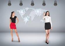 世界地图背景的年轻女实业家  免版税图库摄影