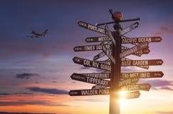 世界地标竖立路标与五颜六色的天空和赠送阅本空间 库存图片