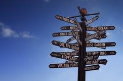 世界地标竖立路标与蓝天和赠送阅本空间 库存照片
