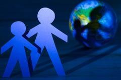 世界地球日概念与纸家庭和昼夜平分点 免版税库存照片