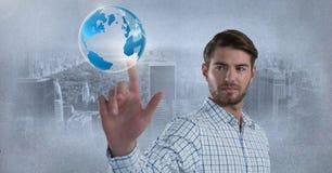 世界地球泡影和商人感人的空气在城市前面 免版税库存照片