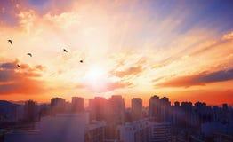 世界城市天概念:日落背景的旅游城市 库存图片