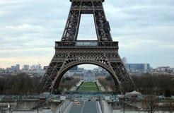 世界多数著名地标埃佛尔铁塔在日出期间的巴黎法国图片的没有人民 库存照片