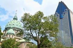 世界大教堂和Le 1000 de的玛丽女王/王后la Gauchetiere 图库摄影