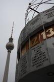 世界时钟和电视塔在柏林 免版税图库摄影