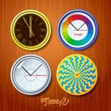 世界时间,在木墙壁上的手表 图库摄影