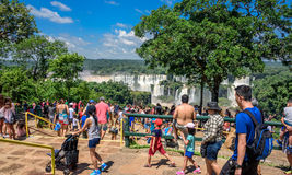 世界最大和最印象深刻的瀑布的拥挤旅游胜地Espaco Taroba在Iguacu国家公园 免版税库存图片
