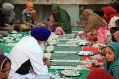 世界最大的自由厨房Harmandir Sahib (金黄寺庙) 免版税库存照片