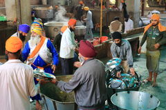 世界最大的自由厨房Harmandir Sahib (金黄寺庙) 库存图片