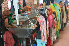 世界最大的自由厨房Harmandir Sahib (金黄寺庙) 免版税库存图片