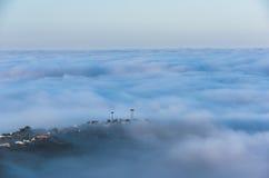 世界有雾的小山的上面 免版税库存图片