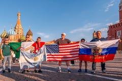 世界杯的外国爱好者在红场的2018年 库存图片
