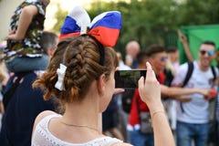 世界杯2018年,在莫斯科街道上的足球迷  库存照片