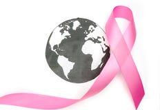 世界癌症天:乳腺癌在世界地图的了悟丝带 免版税库存照片