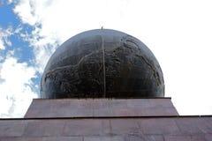 世界的中部在天空下 免版税库存照片