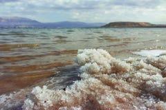 世界的最低的咸湖在海平面死海下,有很多分钟 库存图片