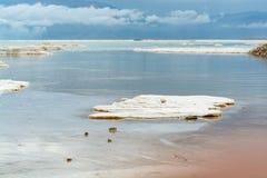 世界的最低的咸湖在海平面死海下,有很多分钟 免版税库存照片