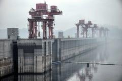 世界的最大的水力发电的动力火车-在长江的三峡大坝在中国 免版税库存图片