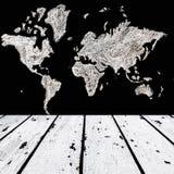 世界的白色木地板和地图在黑粉笔板的为 免版税库存图片