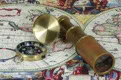 世界的老望远镜、指南针和葡萄酒地图 免版税库存照片
