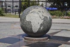 世界的花岗岩碗被刻记的地图 和平的标志和 库存照片