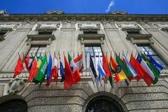 世界的许多旗子在一个历史建筑的门面的 免版税库存图片