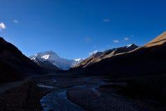 世界的高山珠穆朗玛峰在西藏 免版税库存照片