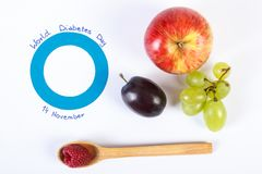 世界糖尿病天和新鲜水果的标志在白色背景 免版税库存照片