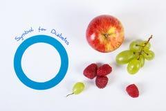 世界糖尿病天和新鲜的成熟果子的标志在白色背景,医疗保健概念 库存图片
