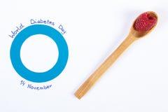 世界糖尿病天和新鲜的莓的标志在白色背景 免版税库存照片