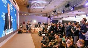 世界经济论坛大厅的新闻工作者在达沃斯 免版税库存图片