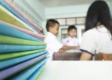 世界老师` s天概念:老师教学生 免版税库存照片