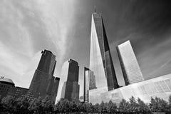 世界贸易中心一号大楼和摩天大楼黑白的在纽约 库存照片