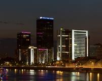 世界贸易中心和旅馆Crowne广场在莫斯科 被停泊的晚上端口船视图 免版税库存照片
