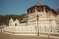 世界遗产,神圣的牙金黄被顶房顶的16世纪寺庙  免版税库存照片