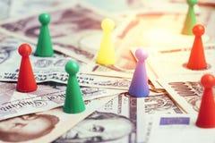 世界金钱关税贸易战,五颜六色的塑料比赛小雕象 库存照片