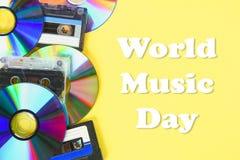 世界,国际音乐天 CD的盘和卡型盒式录音机在黄色淡色背景 简单派 免版税库存照片