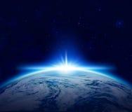 世界,在多云海洋的蓝色行星地球日出空间的 免版税库存图片