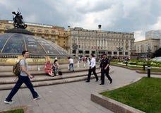 世界`喷泉的`时钟的人们在Manezhnaya的在莫斯科摆正 免版税库存图片