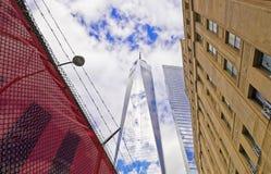 世界贸易中心一号大楼和铁丝网看法  库存图片