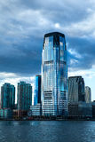 以世界贸易中心一号大楼大厦为特色的现代玻璃摩天大楼低角度建筑视图反对蓝天 免版税库存照片