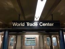 世界贸易中心地铁站标志和火车 免版税图库摄影