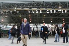 世界贸易中心驻地入口的人们 库存照片