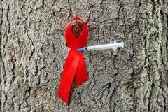 世界12月1日,援助天概念以发光的红色丝带了悟 免版税库存图片