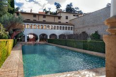 13世纪伊斯兰教的宫殿的水池和庭院, 免版税库存图片