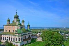 17世纪假定大教堂看法从belltower的在Dormition Goritsky修道院里在Pereslavl-Zalessky,俄罗斯 免版税库存照片