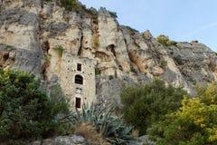 15世纪偏僻寺院被修造入在分裂的一个洞 库存图片