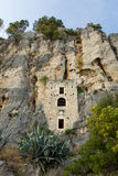 15世纪偏僻寺院被修造入在分裂的一个洞 免版税图库摄影